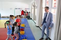 Participation à une séance de sport des élèves de maternelle.